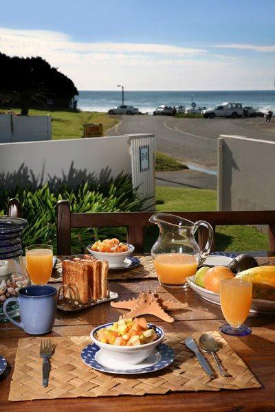 Breakfast on the patio - Breeze Inn Guesthouse - Kidd's Beach - rentals