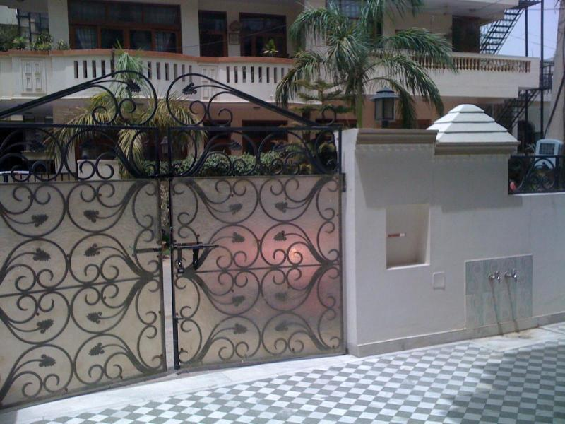 Main gate - 7-bedrooms independent house - Gurgaon - rentals
