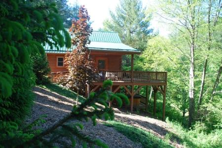 Side view of cabin - Autumn Mist-Trout Stream_4.5 acres_hot tub_pool table_near Boone/West Jefferson_wifi_pets_ - Fleetwood - rentals