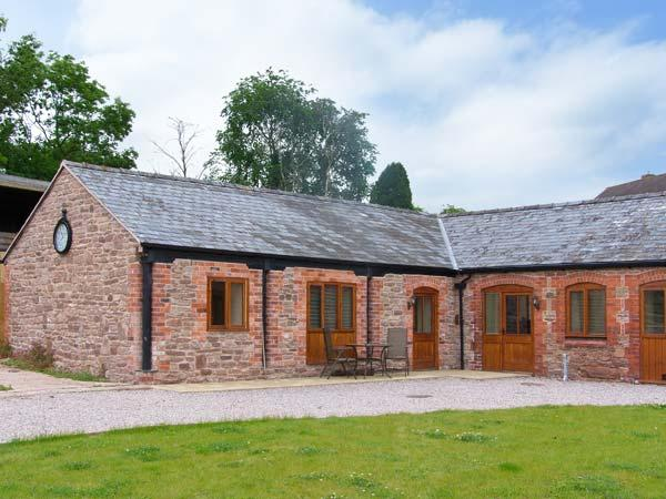 THE CART HOUSE, single-storey luxury cottage with hot tub, games room, woodburner, Alberbury Ref 15913 - Image 1 - Shropshire - rentals