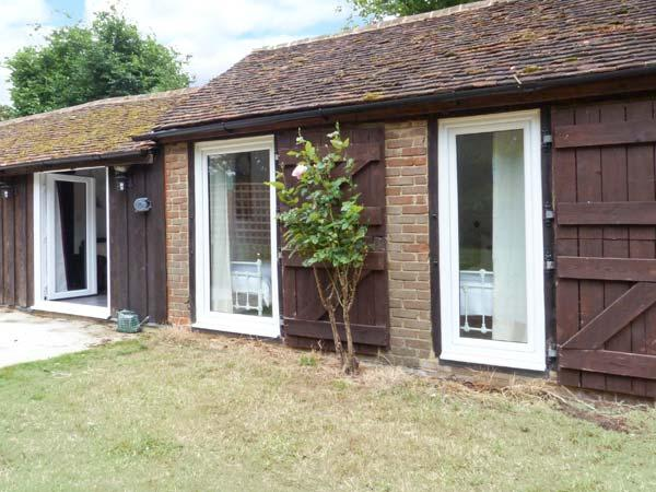 SHEPERD'S FARM COTTAGE, all ground floor, rural location, private garden and expansive, shared grounds, in Lenham Heath, Ref. 7731 - Image 1 - Kent - rentals