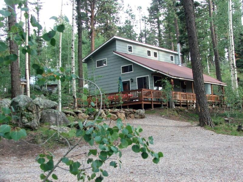 The Alpaca Barnhaus nestled among aspen and conifers. Wrap-around porch and plenty of parking - The Alpaca Barnhaus: A Jemez Mountain retreat & alpacas - Jemez Springs - rentals