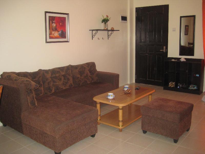 Livingroom facing front door - Our Magnolia holiday house Mactan, Cebu - Cebu - rentals