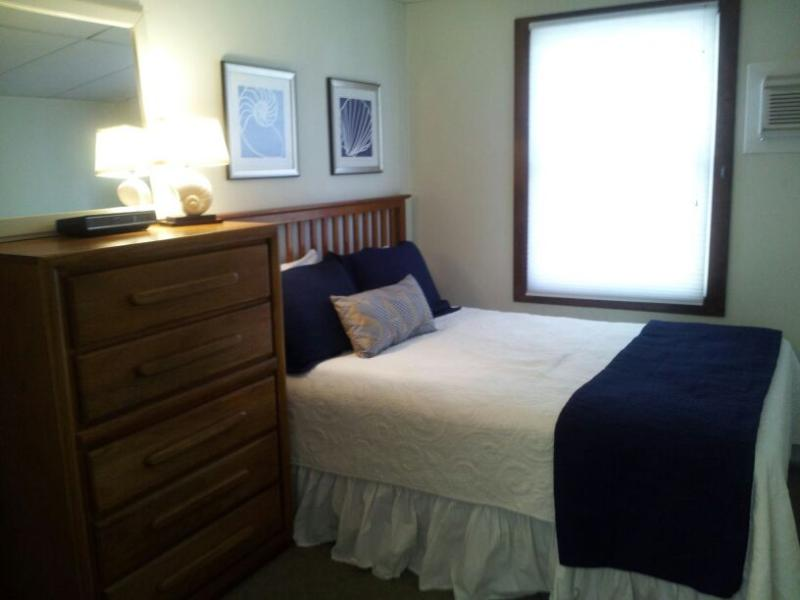 1ST BEDROOM - QUEEN BED - Super Oceanside, 4 bedroom rental sleeps 8 - Surf City - rentals