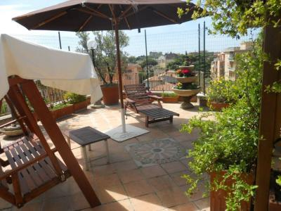 The large terrace, furnished with parasol, sun lounger and deck allows you to relax - The Terrace of Monteverde - Rome - rentals