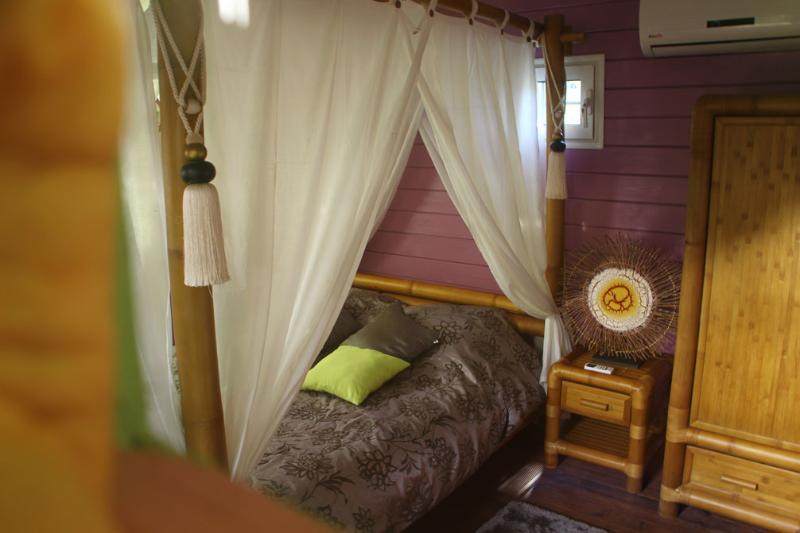 """Chambre avec Grand lit à baldaquin et rangements attenante à la sallle de bain - Le""""Nid d'Amour"""" : Cottage, wooden terrace and SPA - Les Anses d'Arlet - rentals"""