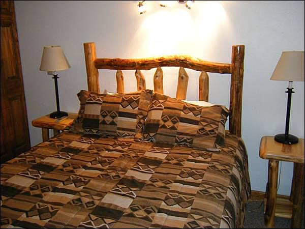 Queen Bed in the Master Bedroom - Cozy Mountain Condo - Lots of On-Site Amenities (1350) - Crested Butte - rentals