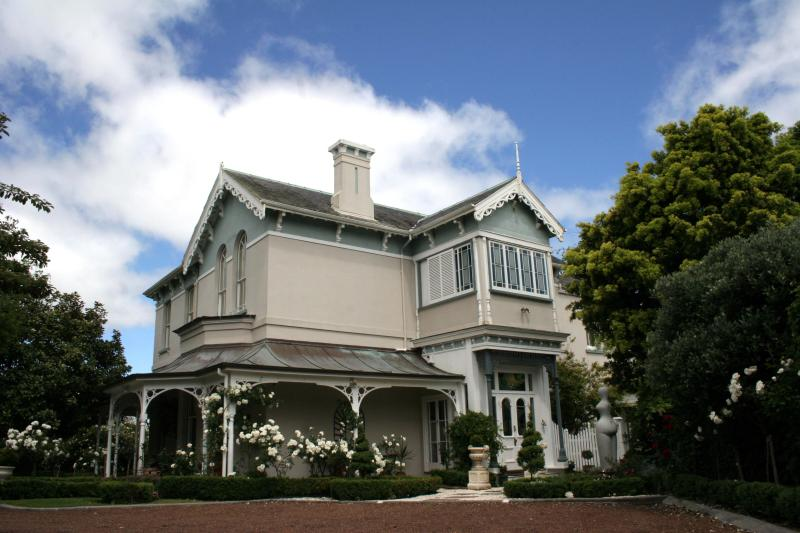Cotter House facade - FULLY FURNISHED self-contained  holiday rental - Auckland - rentals