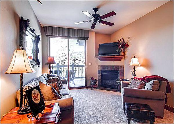 Sunny Living Room Includes a Gas Fireplace and Flat-Screen TV - Adjacent to the Jack Nicklaus Golf Course - Granite Counters & Stainless Steel Appliances (4228) - Breckenridge - rentals