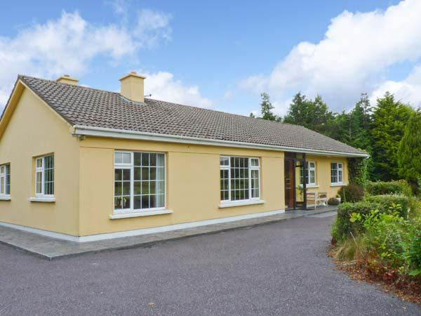 GAP OF DUNLOE, detached, open fire, off road parking, garden, near Beaufort, Ref 27075 - Image 1 - Beaufort - rentals