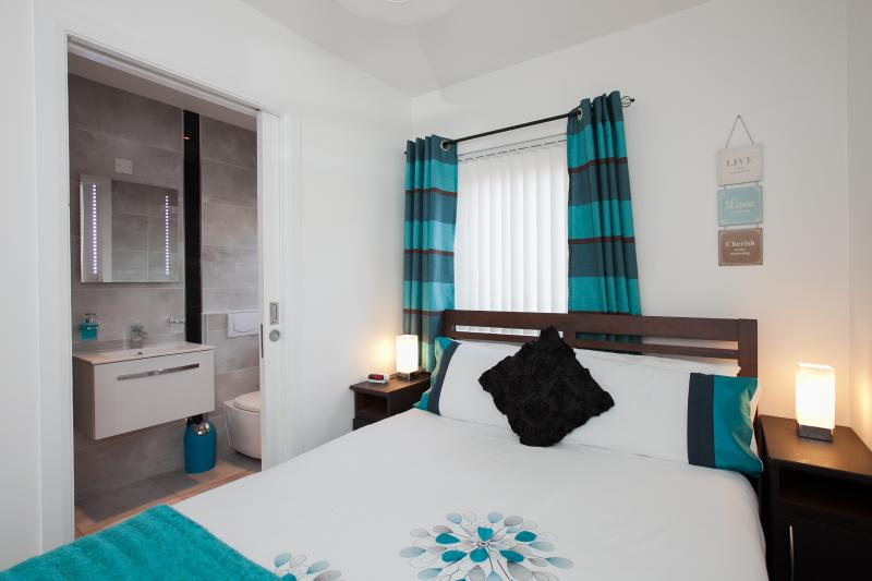 Double bedroom with dressing table and en-suite shower room - Self Catering Belfast City Apartment - Belfast - rentals