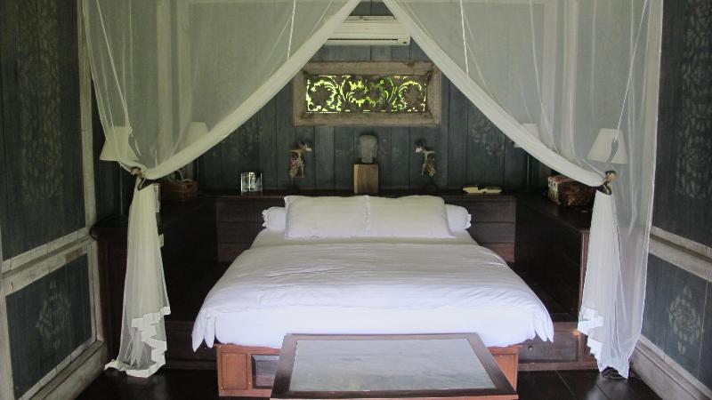 Cliff House bungalow Master Bedroom - Arcadian paradise- Sayan Ridge- Best in Bali - Ubud - rentals