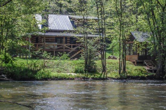 HANGIN` AT THE RIVER- 3BR/2BA- CABIN ON THE TOCCOA RIVER SLEEPS 6, SATELLITE TV, HOT TUB, PET FRIENDLY, WOOD BURNING FIREPLACE, CHARCOAL GRILL, AND GAZEBO! ONLY $150/NIGHT! - Image 1 - Blue Ridge - rentals
