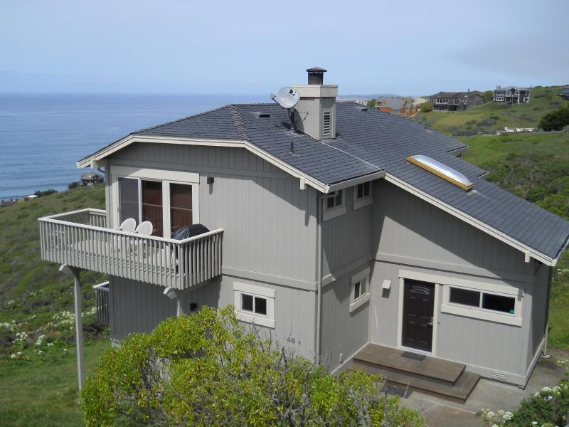 Above and Beyond overlooks the Pacific Ocean and Tomales Bay - Beautiful Views, 1/2 mile walk to Dog Friendly bea - Dillon Beach - rentals