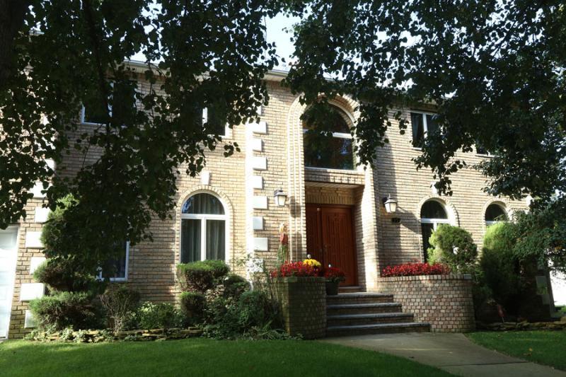 House front - BEAUTIFUL 4BR/4BA HOUSE, New York, Staten Island. - Staten Island - rentals