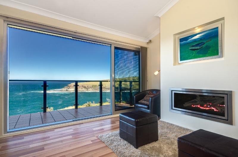 Formal lounge dining overlooking Love's Bay - Ocean 360 on the Bay - breathtaking ocean views - Kiama - rentals