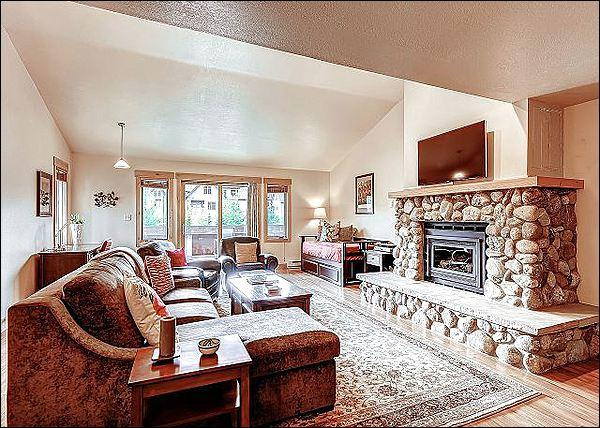 Spacious Living Room Features Beautiful Hardwood Flooring and a Cobblestone Gas Fireplace - Tasteful Finishes & High End Appointments - Located in Downtown Breckenridge (13402) - Breckenridge - rentals