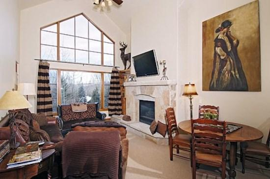 Spacious Living Room with Firepalce and Flat Screen TV - 3BR Spruce Lodge Penthouse in Exclusive Gated Community in the Heart of Arrowhead Village, Walk to Lifts, Pool/Hot Tub, and Restaurant - Edwards - rentals