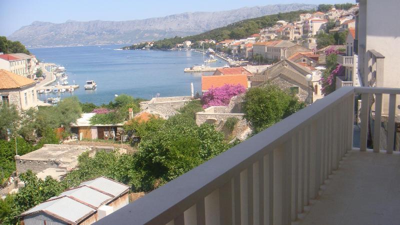 Pogled sa balkona - Villa Moj mir - apartmani moderno opremljeni s prekrasnim pogledom na more, 5 min. od mora - Brac - rentals