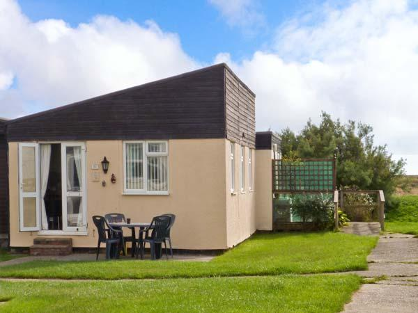 26D BEACH VIEW, semi-detached chalet, shared on-site facilities with outdoor heated swimming pool, near Earnley, Ref 29803 - Image 1 - Earnley - rentals