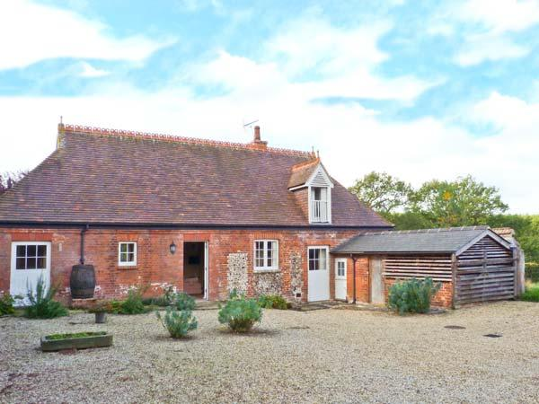 ROOKWOODS converted coach house, rural views, open fire in Castle Hedingham Ref 29621 - Image 1 - Castle Hedingham - rentals
