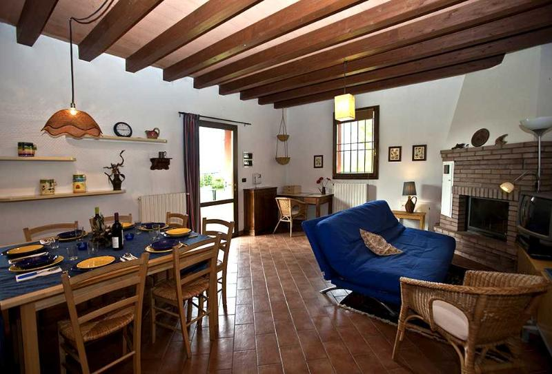 MICHELANGELO livingroom. Roomy, timber ceiling, fully air conditioned. - MICHELANGELO – Own Park & Parking, WiFi - Bologna - rentals