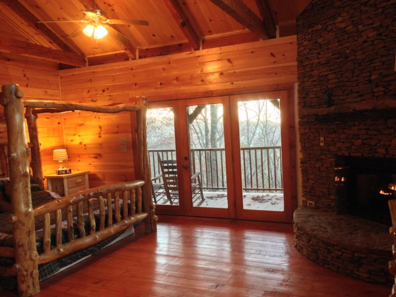 Breathtaking Beauty & Comfort! Log King Canopy Bed - The Bears Den - Townsend - rentals