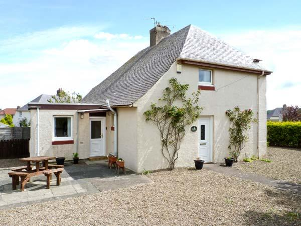PUFFIN HOUSE, family and pet-friendly, ground floor bed, off road parking, close to coast and golf course, in Eyemouth, Ref 27012 - Image 1 - Eyemouth - rentals