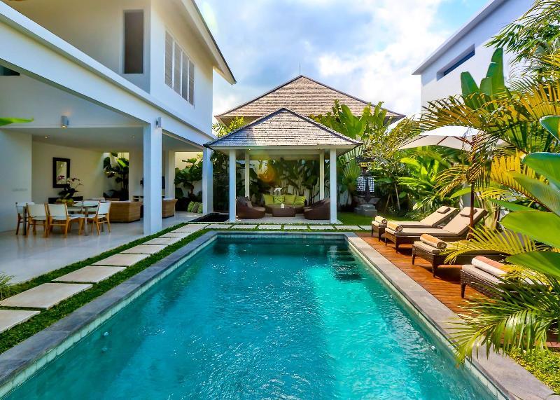 Tropical open plan luxury 2 bedroom with large gazebo, sun deck and pool - Luxury Tropical Modern 2 bedroom villa in Seminyak - Bali - rentals