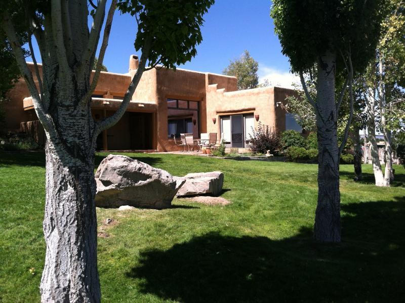 Dos Tusas' Green Summer Lawn - Dos Tusas-Grand and Gorgeous Taos!! - Taos - rentals