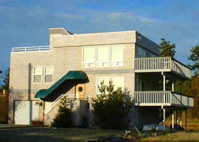 Street view of house - Beachhouse and Lakehouse all in one. Sleeps up to 10! - Coupeville - rentals