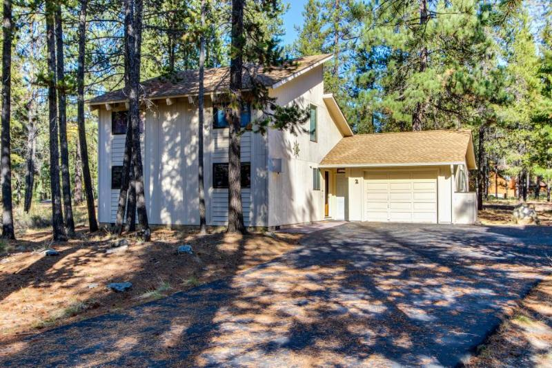 Great home with private hot tub, access to SHARC pools - Image 1 - Sunriver - rentals
