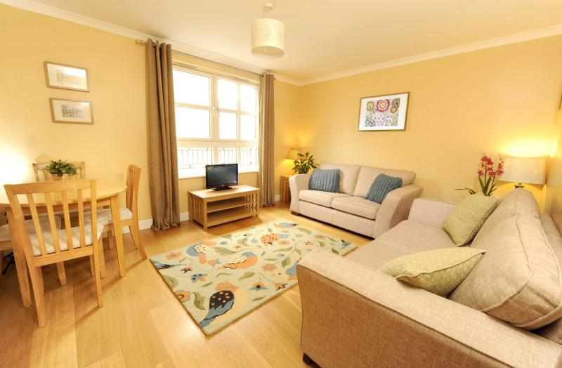 Living Room - Edinburgh Central: 2 Bed, with parking - Sleeps 6 - Edinburgh - rentals