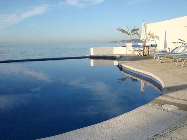 Infinity pool and ocean - Bucerias Beachfront Condo - Colibri Condominium - Bucerias - rentals