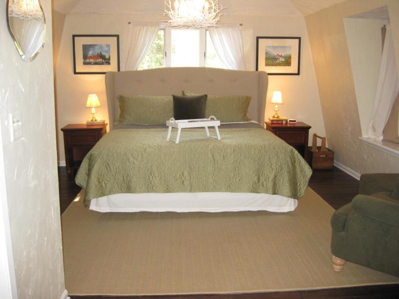 Bedroom with super comfortable king sized bed! - Irish Hospitality in Door County! - Fish Creek - rentals