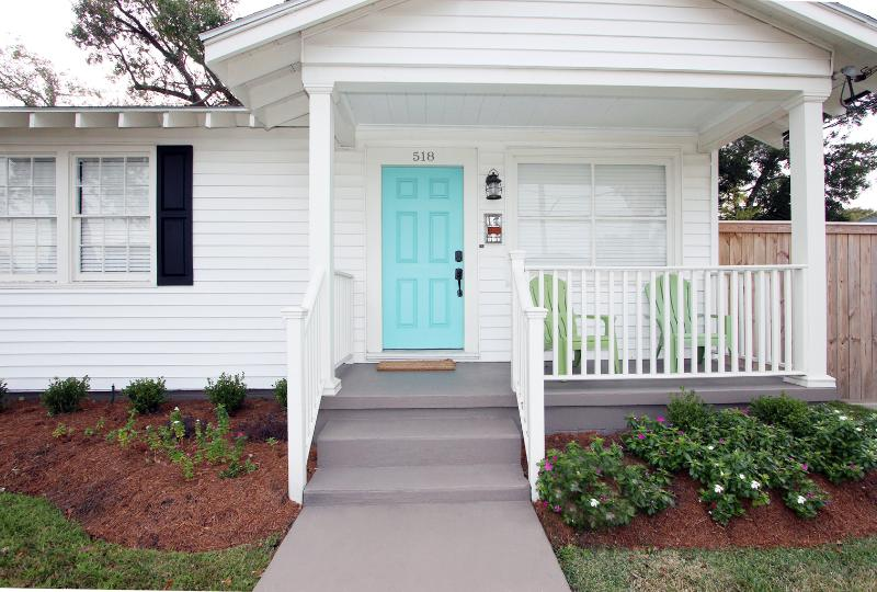 "'RISE & SHINE' Charming 2 bedroom with DECK - ""RISE AND SHINE"" - Relaxing cottage with deck! - Metairie - rentals"