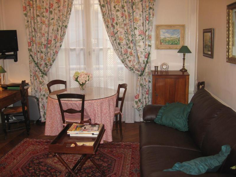 Typical Parisian building with lovely rooms and furniture - Nr Champs Elysees- Large studio apartment/sleeps up to 5 - Paris - rentals