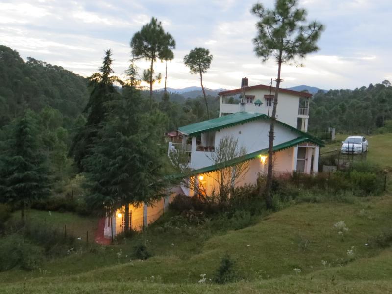 cottage with car parked nearby. - Devdar Lodge, at Foothill City, Dwarson, Ranlkhet - Uttarakhand - rentals