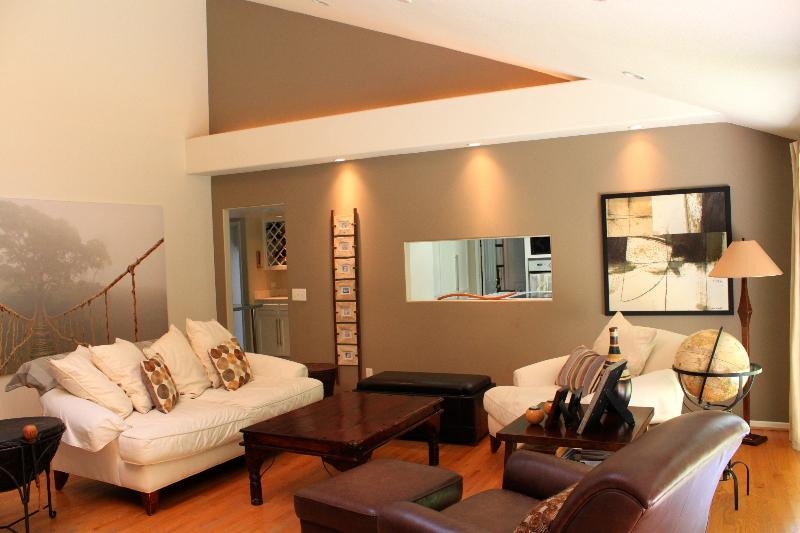 Living room that connects to kitchen and dining rooms - Spacious family friendly home in Laguna Beach - Laguna Beach - rentals