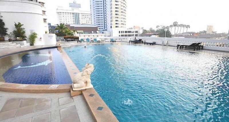 5th floor swimming pool overlooking the ocean - Jomtien Beach Condotel on Jomtien Beach - Thailand - rentals