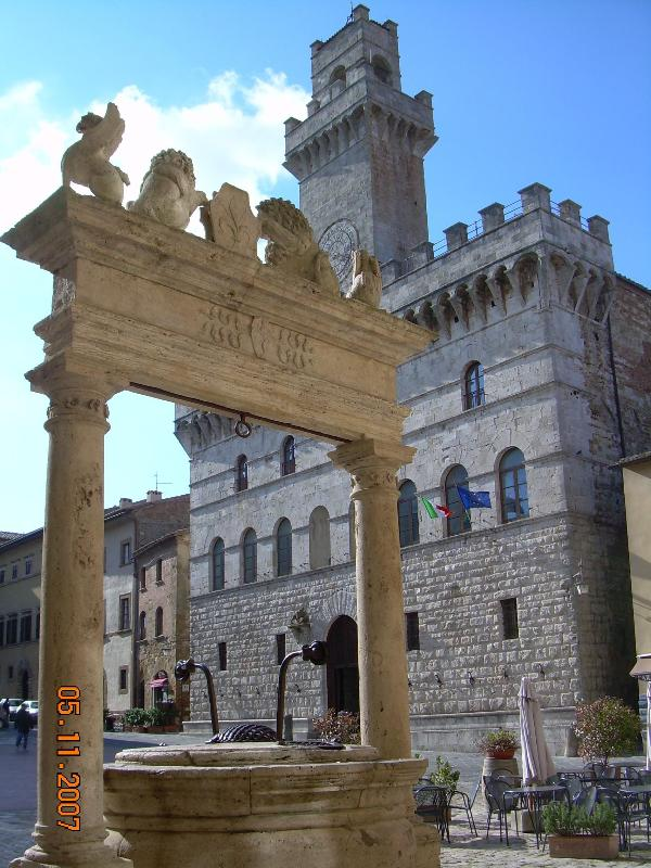 Town Hall and the Well of Griffins and Lions - Charming Apartment in Montepulciano, Tuscany - Montepulciano - rentals