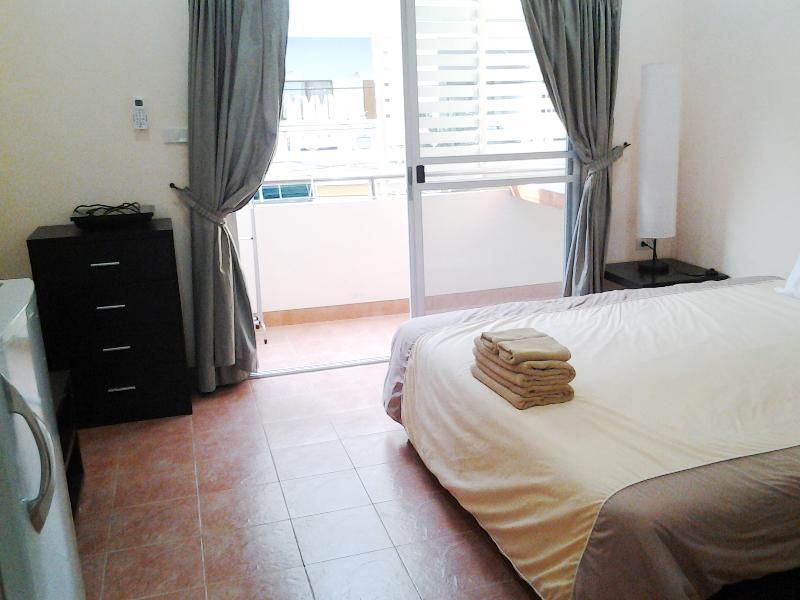 Bedroom/ front facing Balcony - Great Studio 50 meters from the Beach - Jomtien Beach - rentals