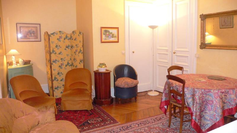 The living room (1) A classic and comfortable setting. - 363 One bedroom   Paris Le Marais district - Paris - rentals