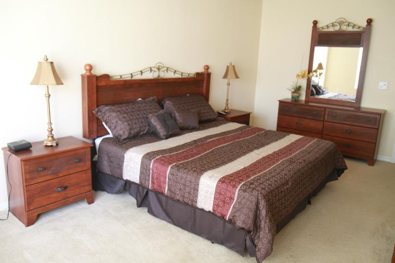 Upstair Master en-suite with a king bed - Gated,Lakefront,4Br/3Ba, 5miToDisney, Free WiFi 71 - Kissimmee - rentals