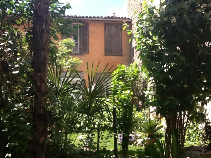 """Court yard - The Petite Jardin Residence """"Rose"""" Apartement - Limoux - rentals"""