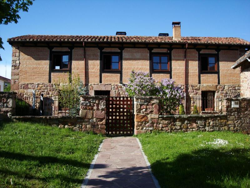 Stone house with garden - Image 1 - Salinas de Pisuerga - rentals
