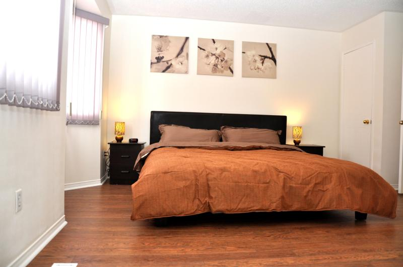 Master Bedroom with ensuite bathroom - 3 bedrooms townhouse- the most convinient location - Richmond Hill - rentals