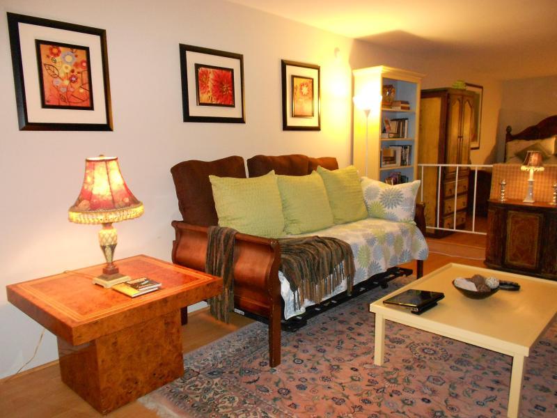 Living room with bedroom in the back - Beverly Hills Huge Studio! Pkg! Walk to Rodeo Dr - Beverly Hills - rentals