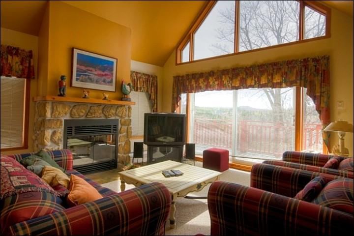 Spacious Living Room Features a Flat Screen Cable TV and Gas Fireplace - Close to Village and National Park - Pet Friendly Property (6117) - Mont Tremblant - rentals