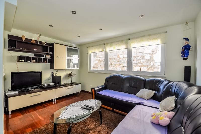 Apartments Mira - 44971-A5 - Image 1 - Omis - rentals